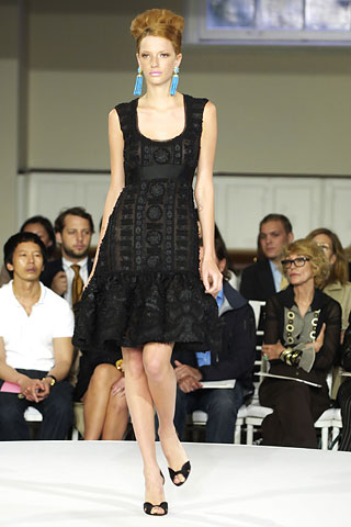 Loulou de la Falaise front row at Oscar de la Renta Resort 2008